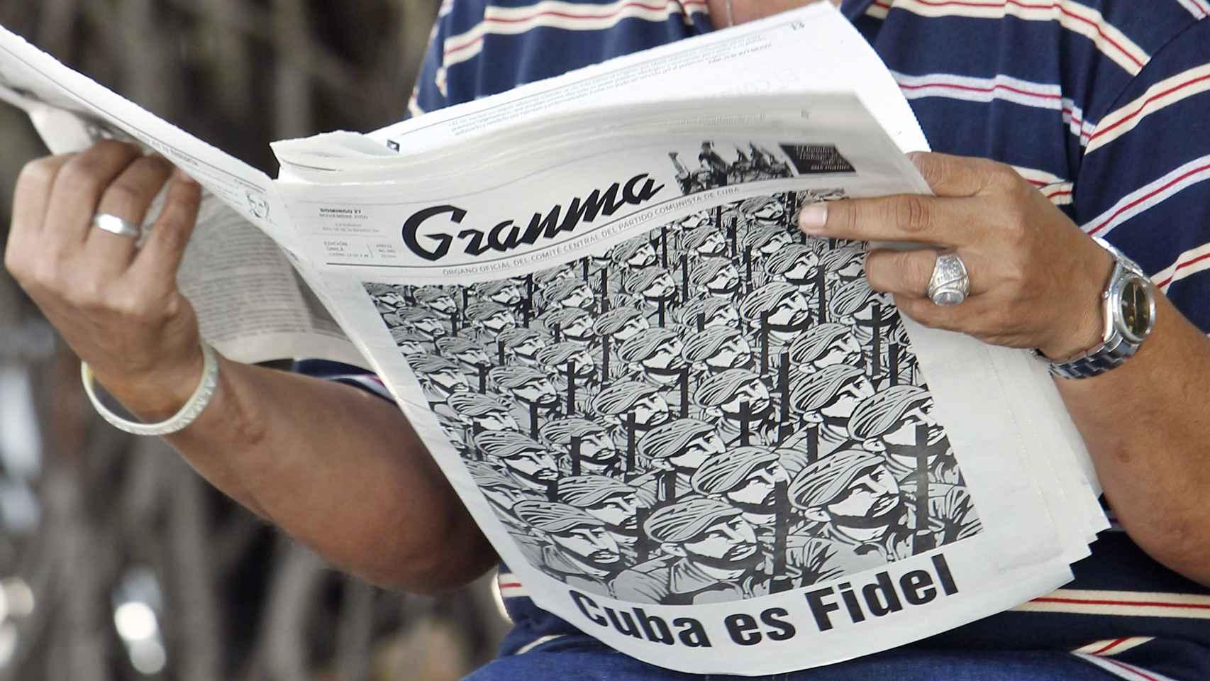 Un ciudadano cubano ojea el periódico oficial 'Granma'.