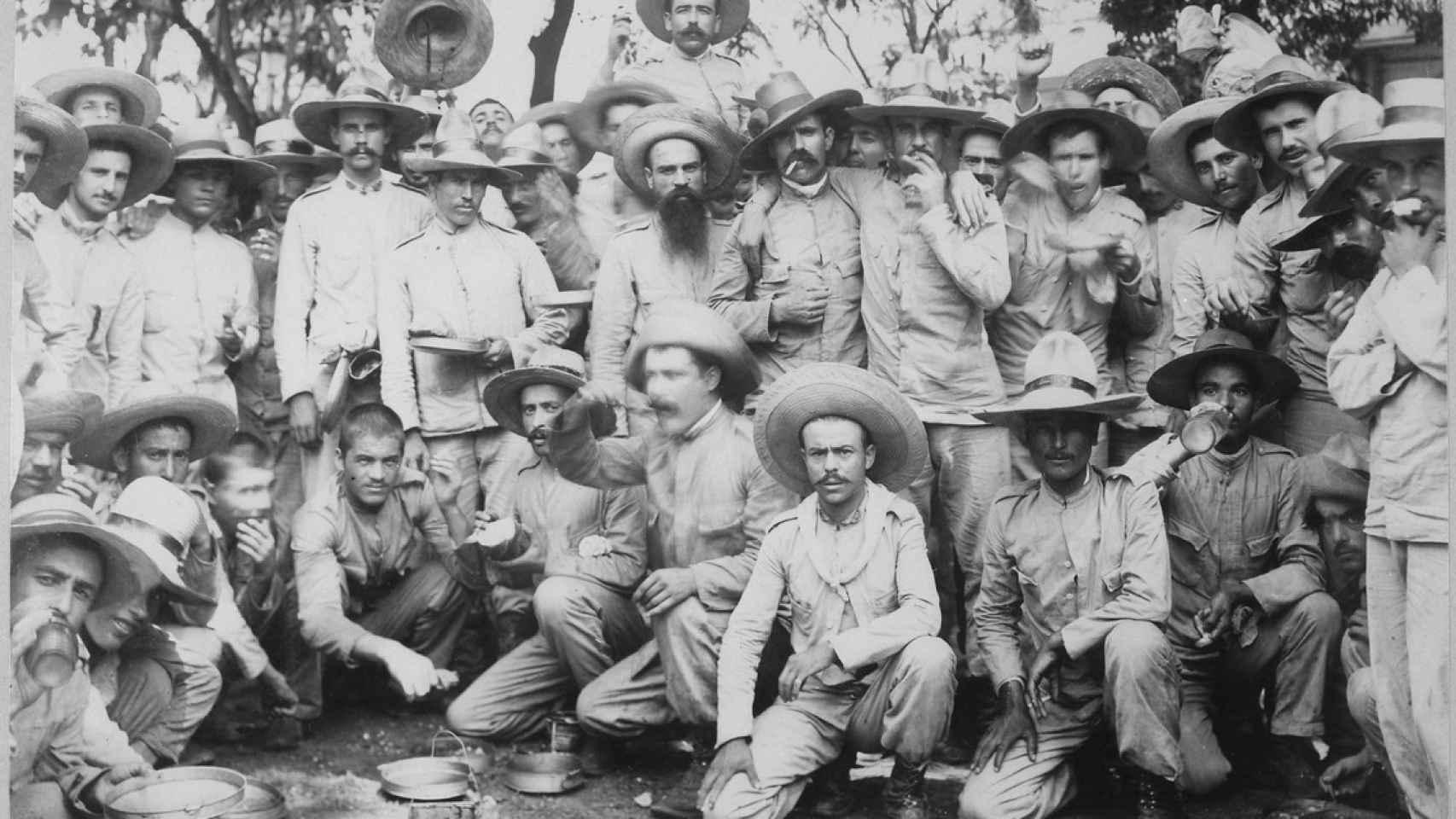 Prisioneros de guerra españoles en manos estadounidenses en Manila tras la capitulación de la capital filipina.