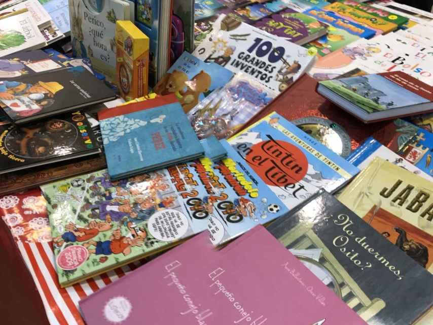 Puesto de libros donados por los alumnos del colegio.