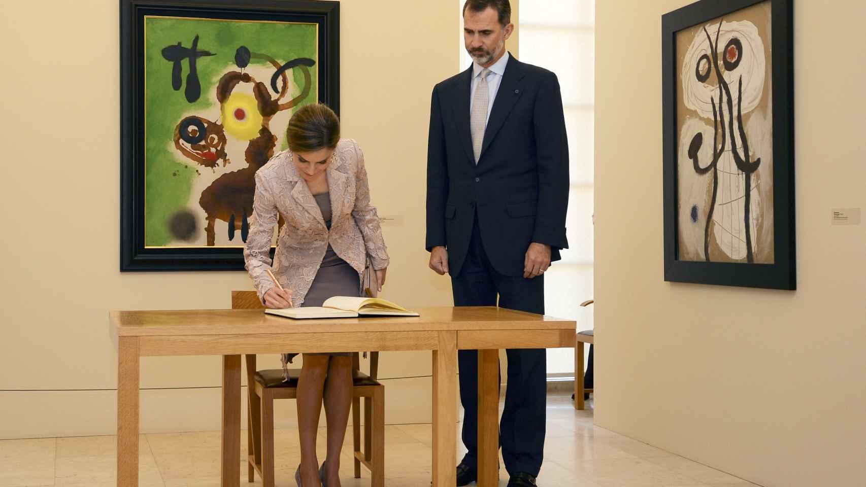Casi simultáneamente, los reyes visitaban la exposición de Miró en Oporto.