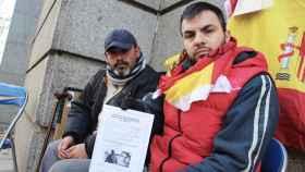 Andrés Merino (i) e Iván Ramos (d) llevan una semana durmiendo a las puertas del Ministerio.
