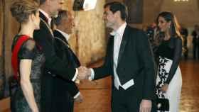 Los Reyes y el presidente de Portugal saludan a Iker Casillas y a su esposa, Sara Carbonero.