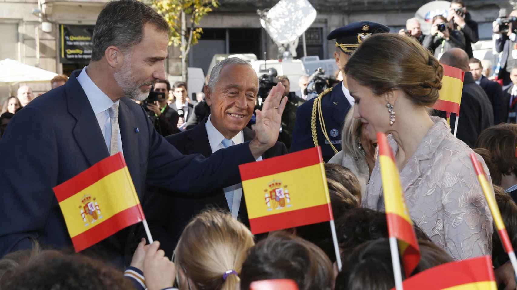 Los reyes, este lunes en Guimaraes junto al presidente de la república portuguesa.