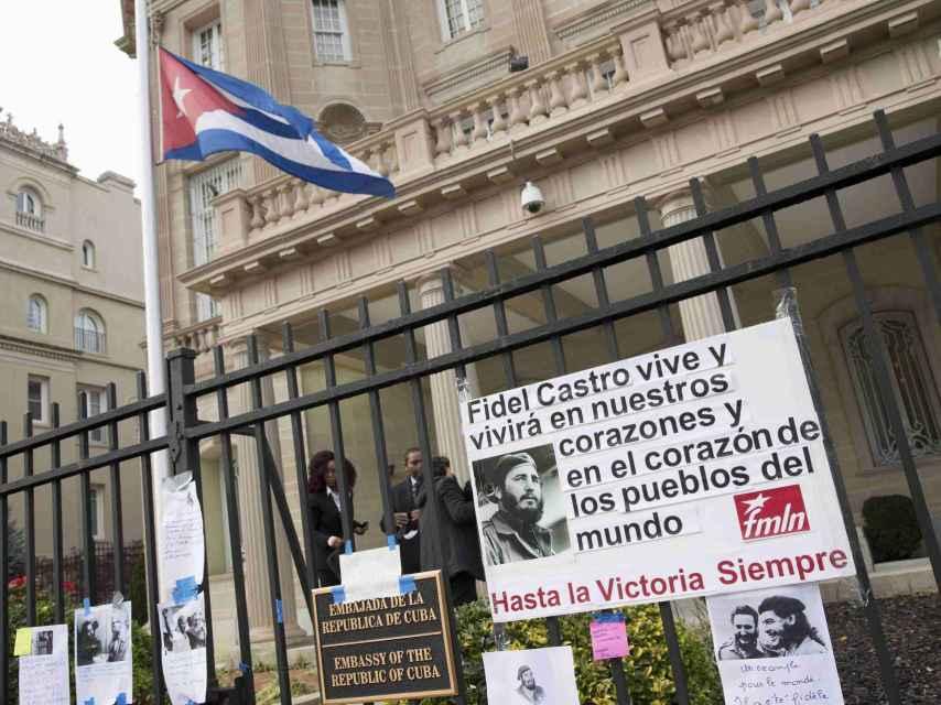 La embajada de Cuba en Washington recibe algunas muestras de condolencias.