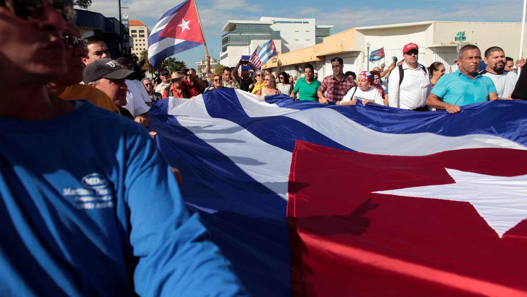Opositores cubano en Miami celebran la muerte de Fidel Castro.