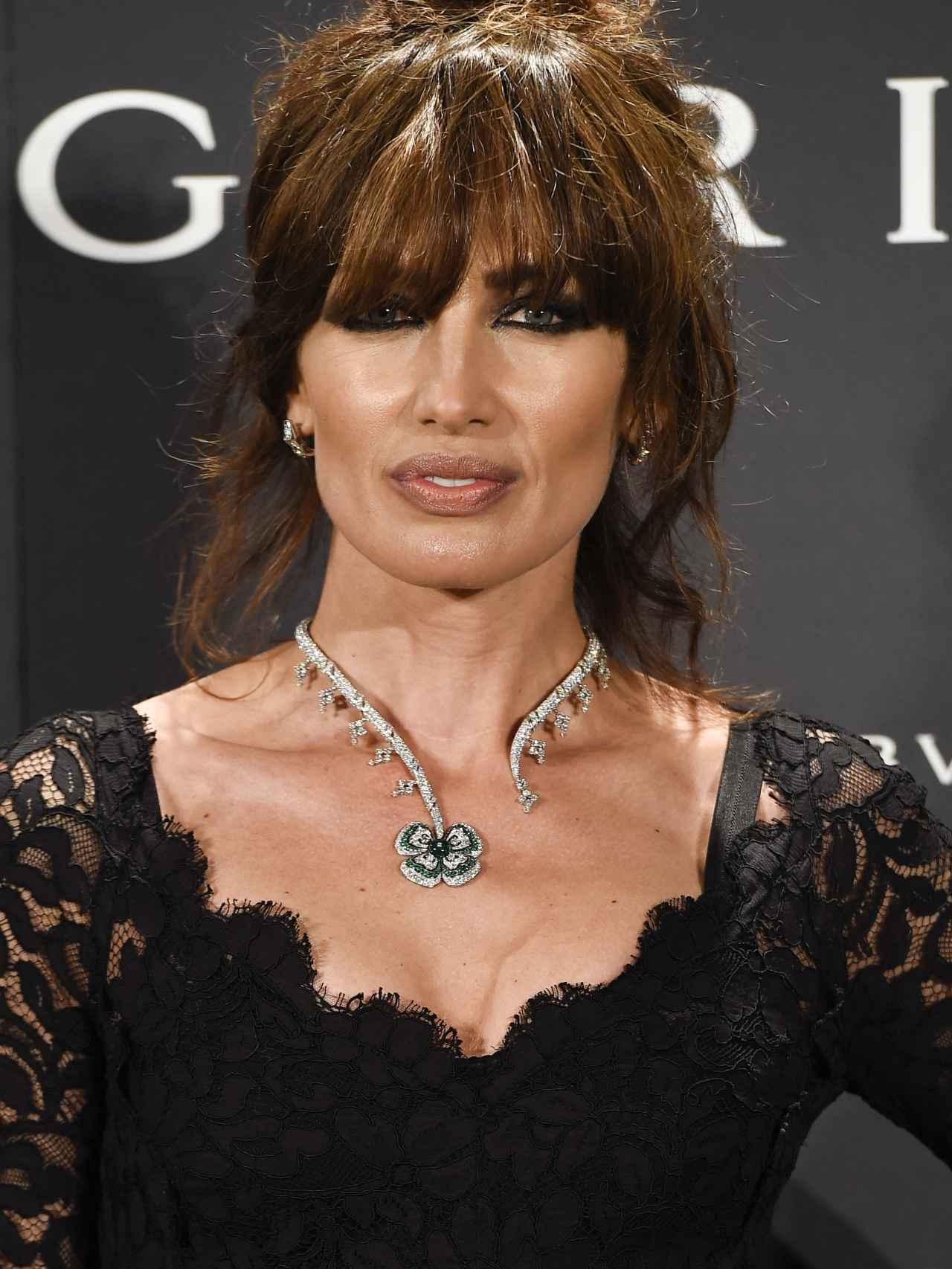 Nieves Álvarez de negro y con peinado a lo Sofía Loren, luce las joyas Bulgari.