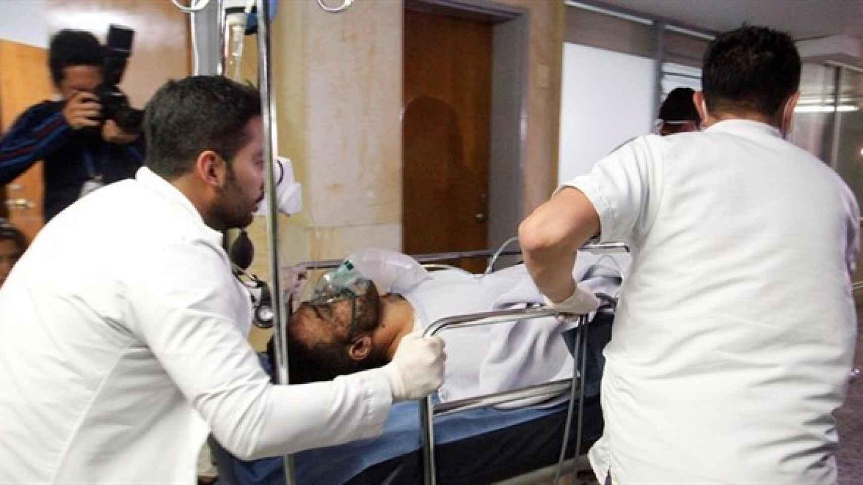 El futbolista Alan Ruschel, atendido en el hospital.
