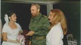 Idalmis, Fidel Castro y Dalia Soto del Valle en una imagen del día de la boda, en 1994.