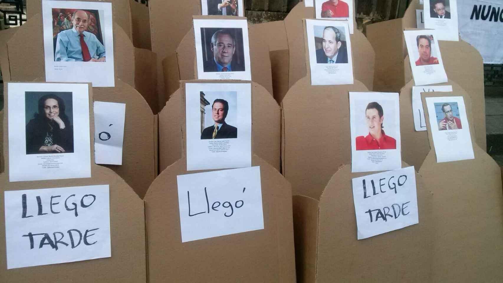 Las siluetas representan a los senadores, que se reúnen en pleno este martes.
