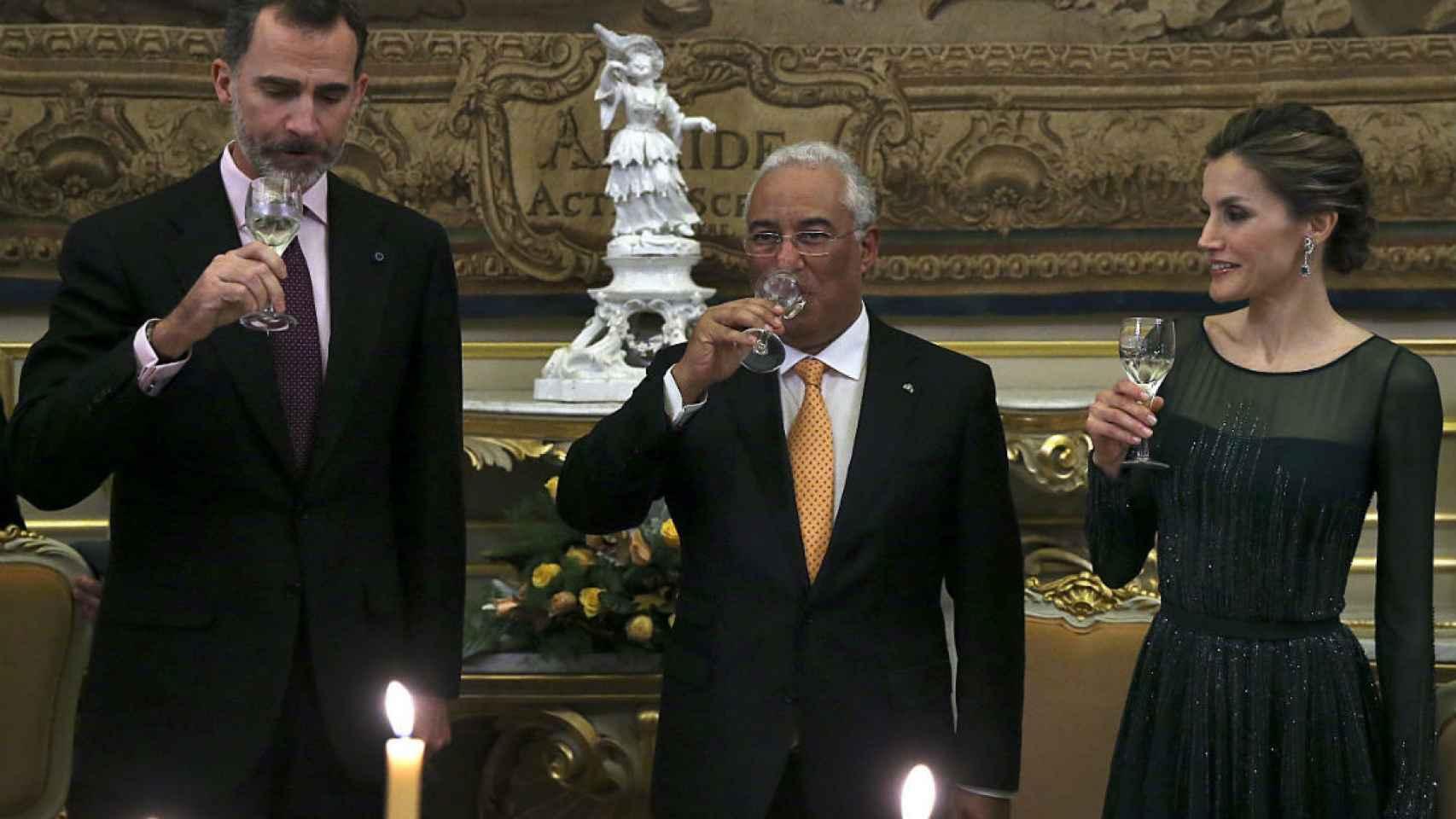 El primer ministro de Portugal, Antonio Costa (c), hace un brindis en honor a los reyes Felipe VI y Letizia.