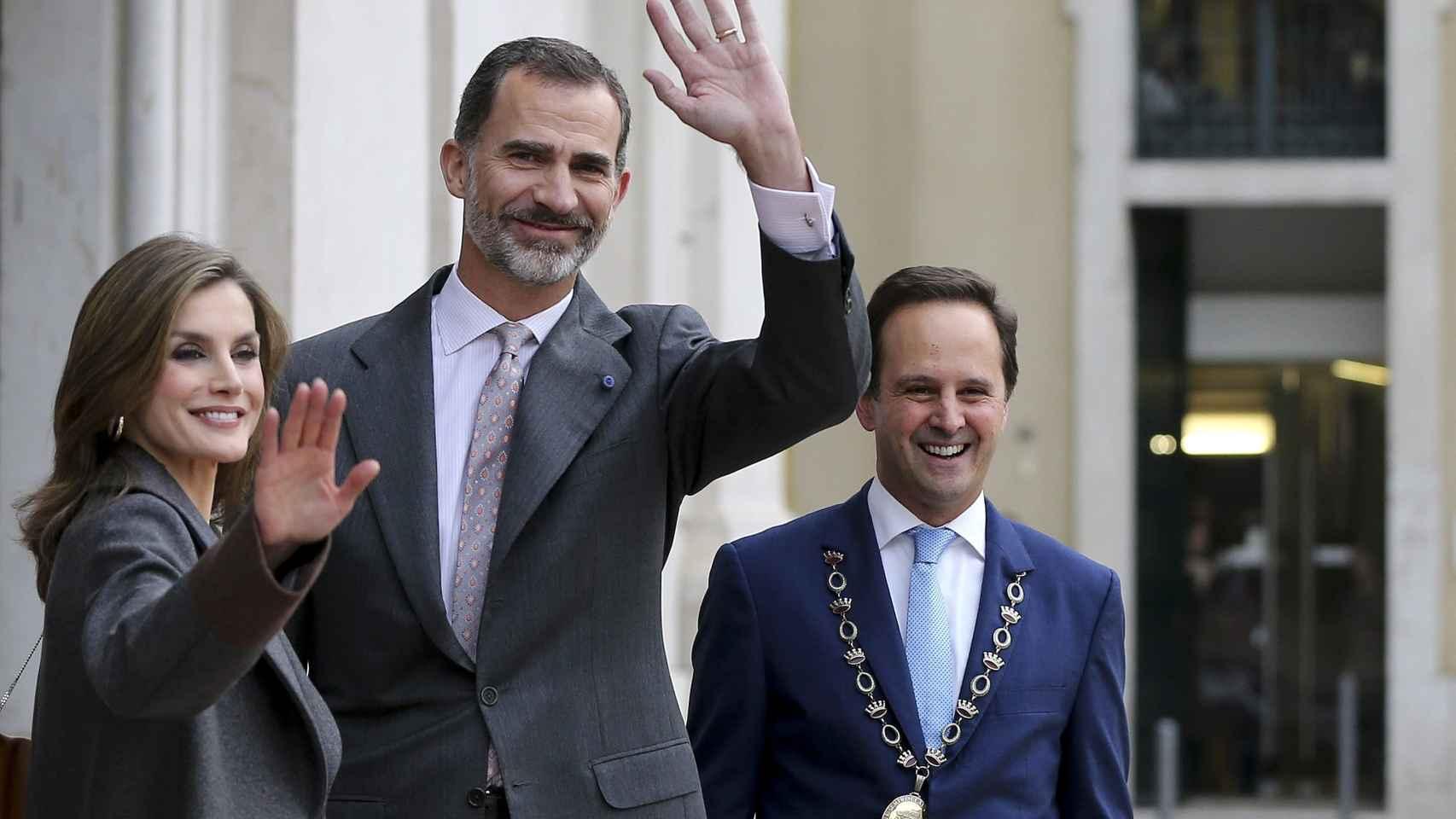 El rey de España, Felipe VI y la reina Letizia  junto al alcalde de Lisboa, Fernando Medina.