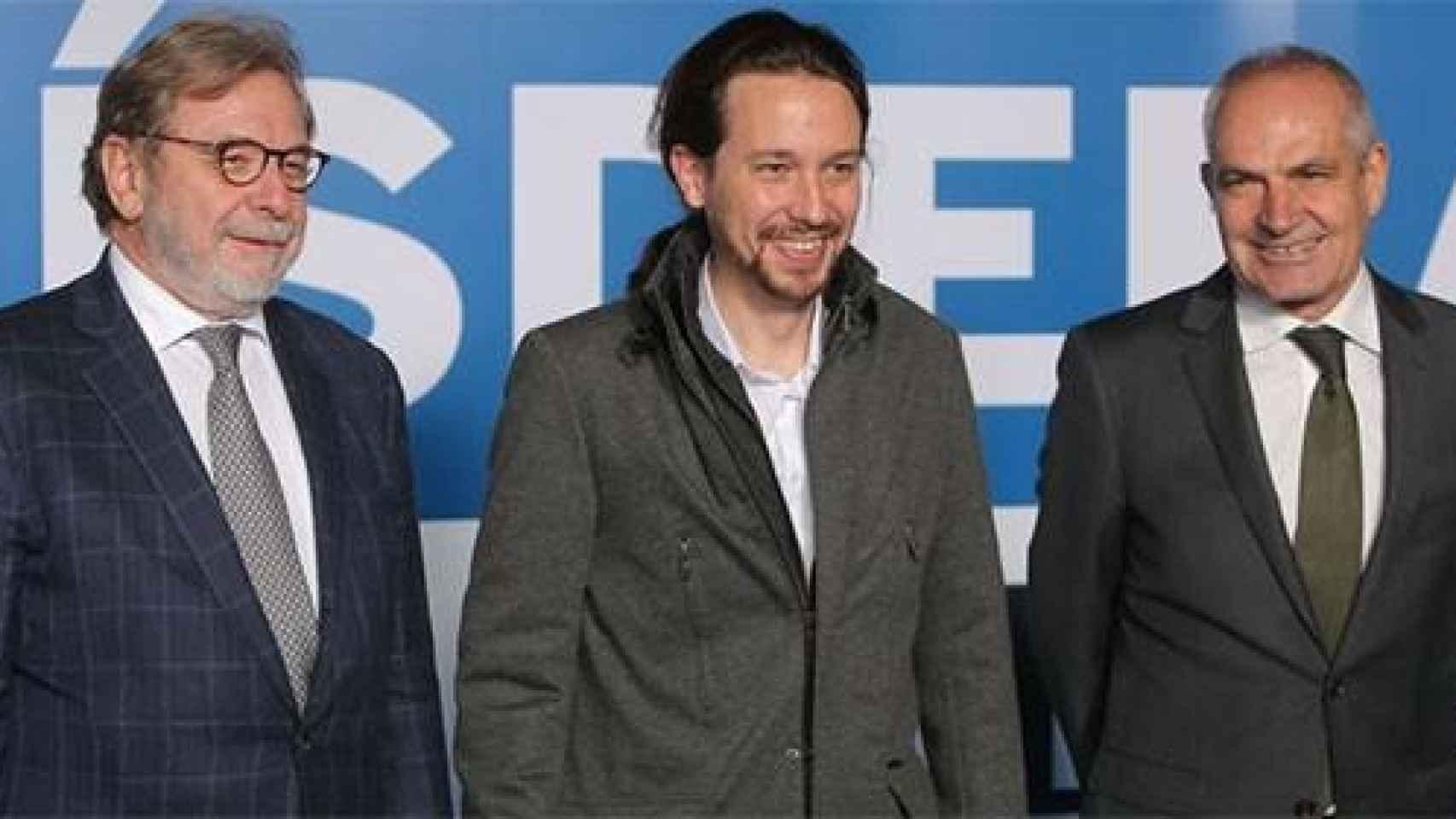 Juan Luis Cebrián (presidente ejecutivo de Prisa), Pablo Iglesias (Podemos) y Antonio Caño, director de El País.