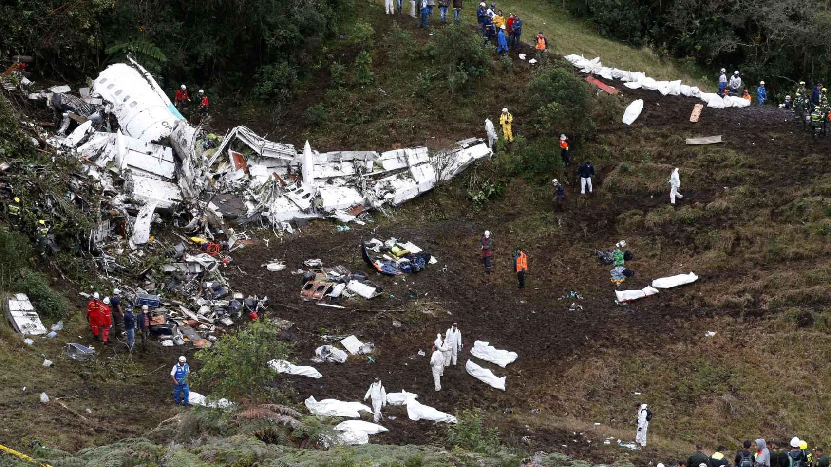 El avión destrozado.
