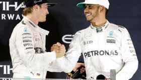 Nico Rosberg y Lewis Hamilton, en el podio del GP de Abu Dhabi.
