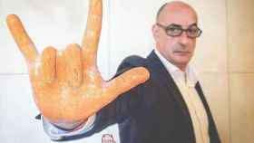 No, en la imagen real no estaba haciendo ese gesto con la mano.