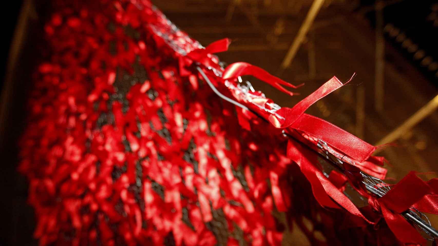 Lazos que forman el gran lazo rojo colocado este jueves en la Puerta de Alcalá de Madrid
