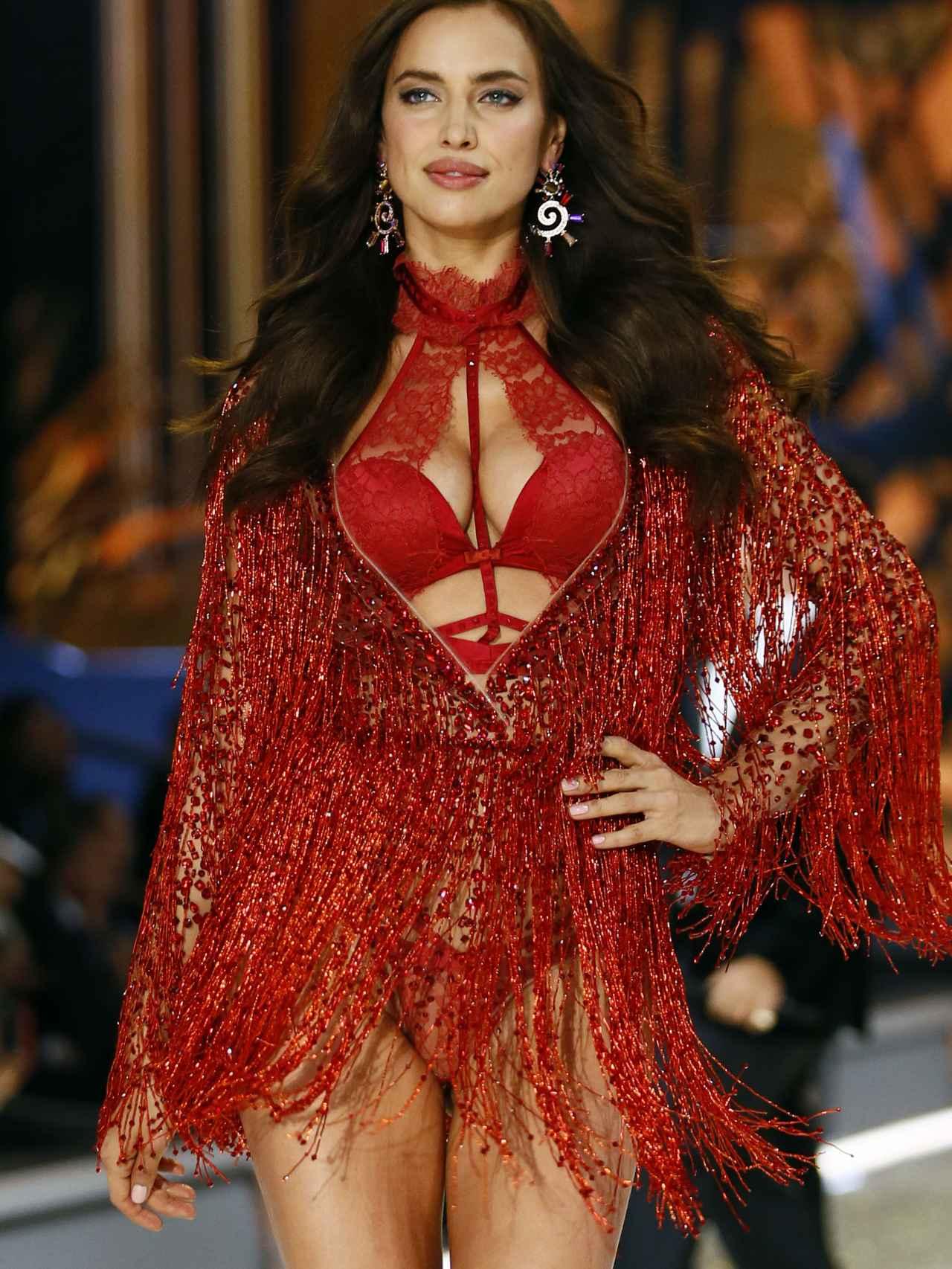 Irina Shayk en el desfile de Victoria's Secret en París.