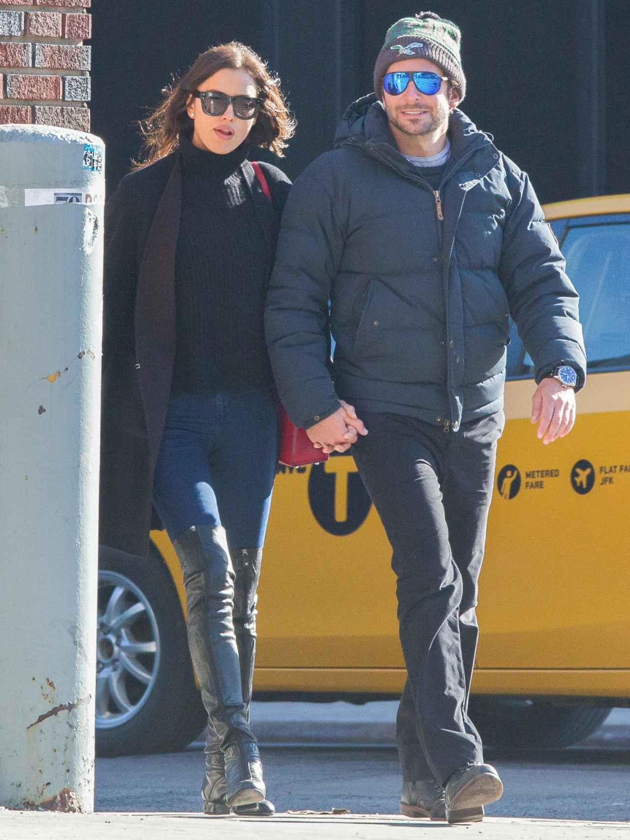 La modelo y el actor en Nueva York cogidos de la mano.