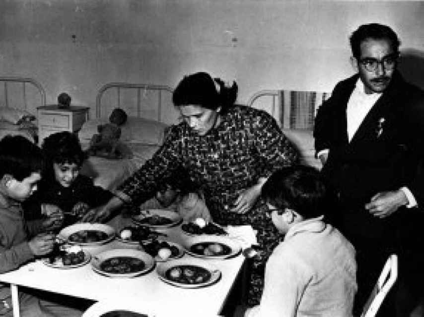 El matrimonio dando de comer a algunos de sus hijos.