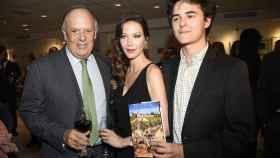 El Marqués de Griñón (izqda), su pareja Esther Doña y su hijo pequeño Duarte durante la presentación