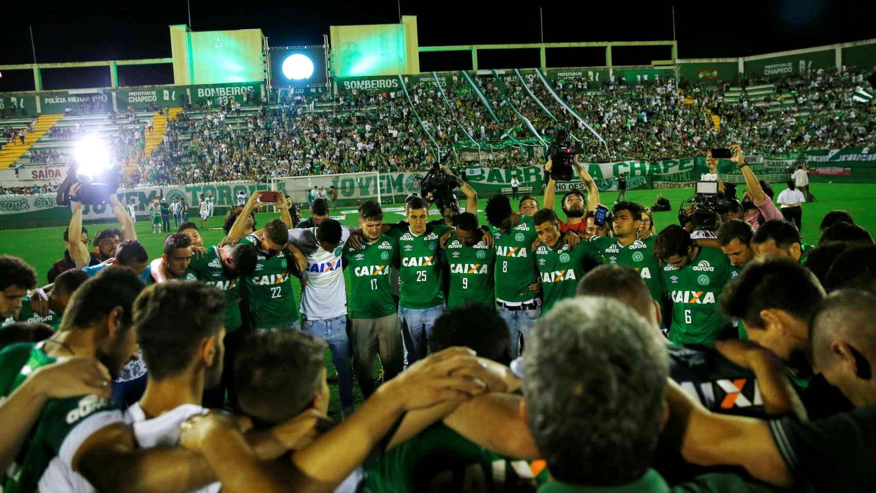 Los aficionados rinden homenaje a las víctimas en el estadio del Chapecoense.