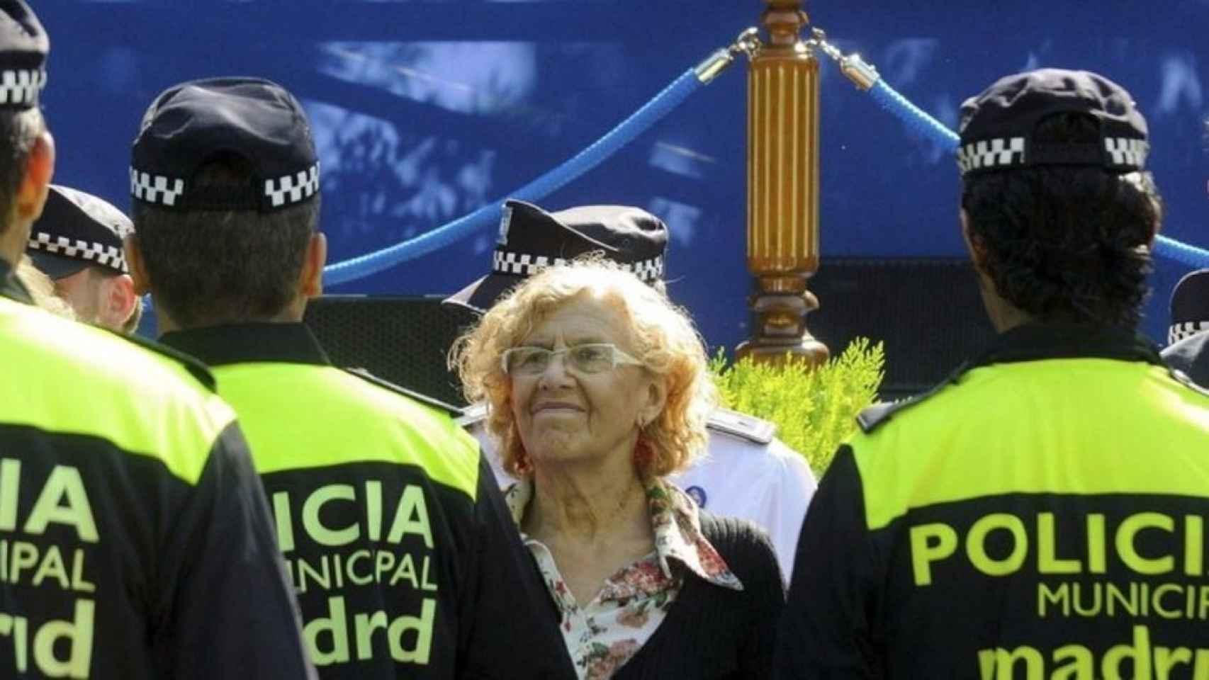 La alcaldesa de Madrid, Manuela Carmena, junto a varios policías municipales.