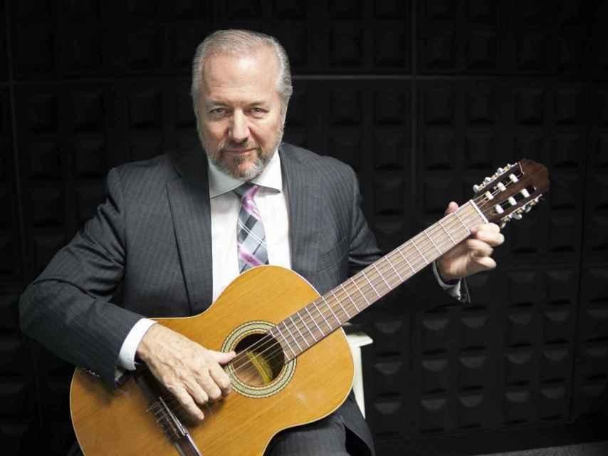 A Vaughan le encanta tocar la guitarra en sus ratos libres.