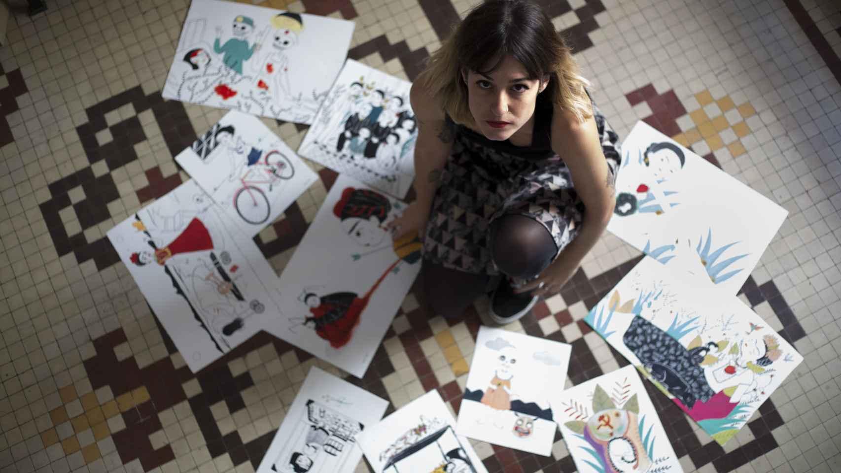 Maria Hesse posa junto a sus ilustraciones.