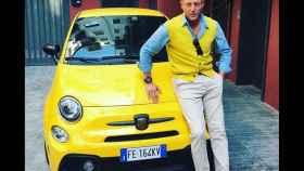 Lapo Elkann, conjuntado con un Fiat 500, uno de los coches de la compañía familiar
