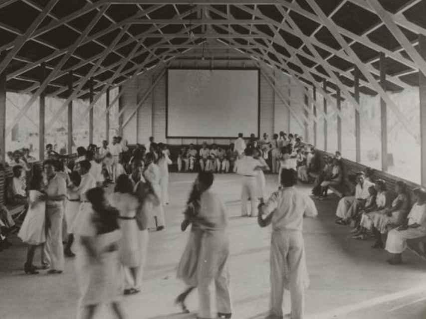 Baile dominical en el Fordlandia Dance Hall.