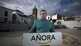 Bartolomé Madrid, alcalde de Añora, posa con el cartel que le regaló Amazon durante la visita que sus directivos hicieron al pueblo.