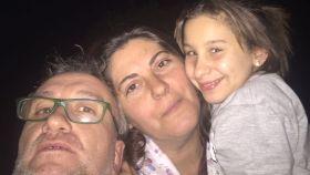 La pequeña, con sus padres.