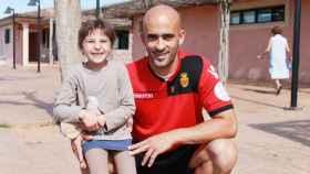 La niña, junto con el futbolista del Mallorca Nunes, en 2012.