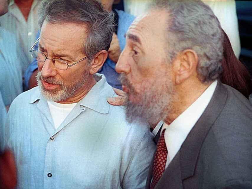 Steven Spielberg con Fidel Castro en noviembre de 2002