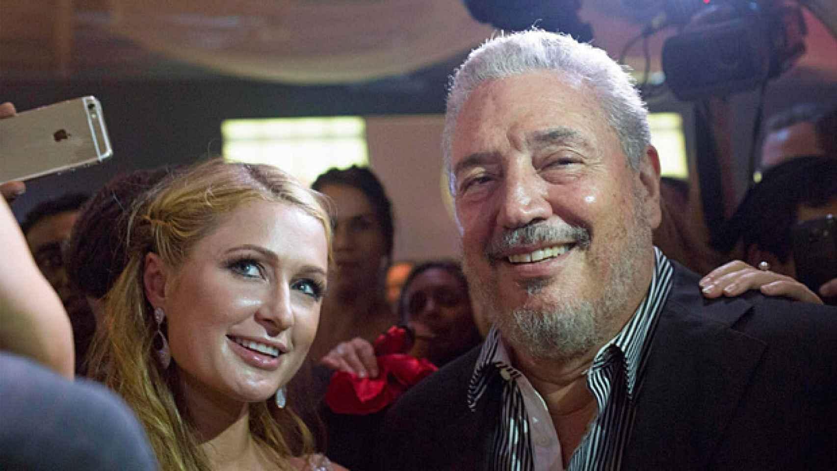 Paris Hilton haciéndose un selfie con Fidel Castro Jr en La Habana