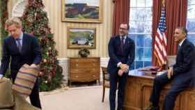 El interiorista Michael Smith (izqda), su pareja el embajador James Costos y Obama en el Despacho Oval