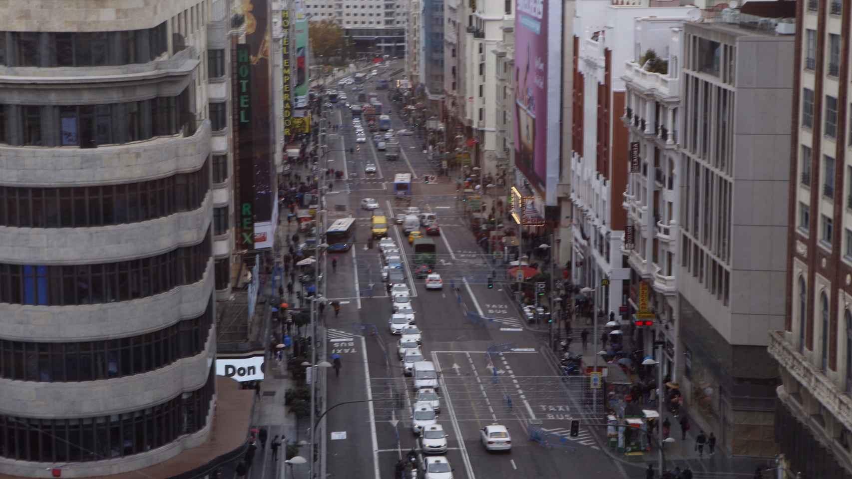 Panorámica del tráfico en Gran Vía durante la mañana de este lunes.