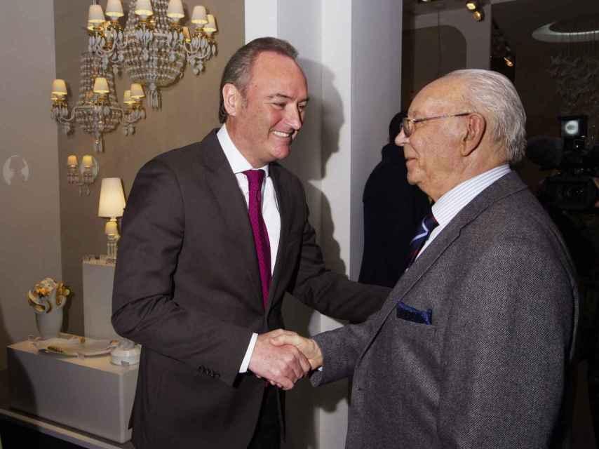 Juan Lladró saluda al expresidente valenciano Alberto Fabra.