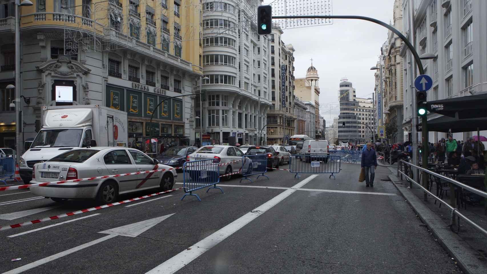 El tráfico en Gran Vía durante la mañana del lunes pasado.