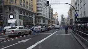 El tráfico en Gran Vía durante la mañana de este lunes.