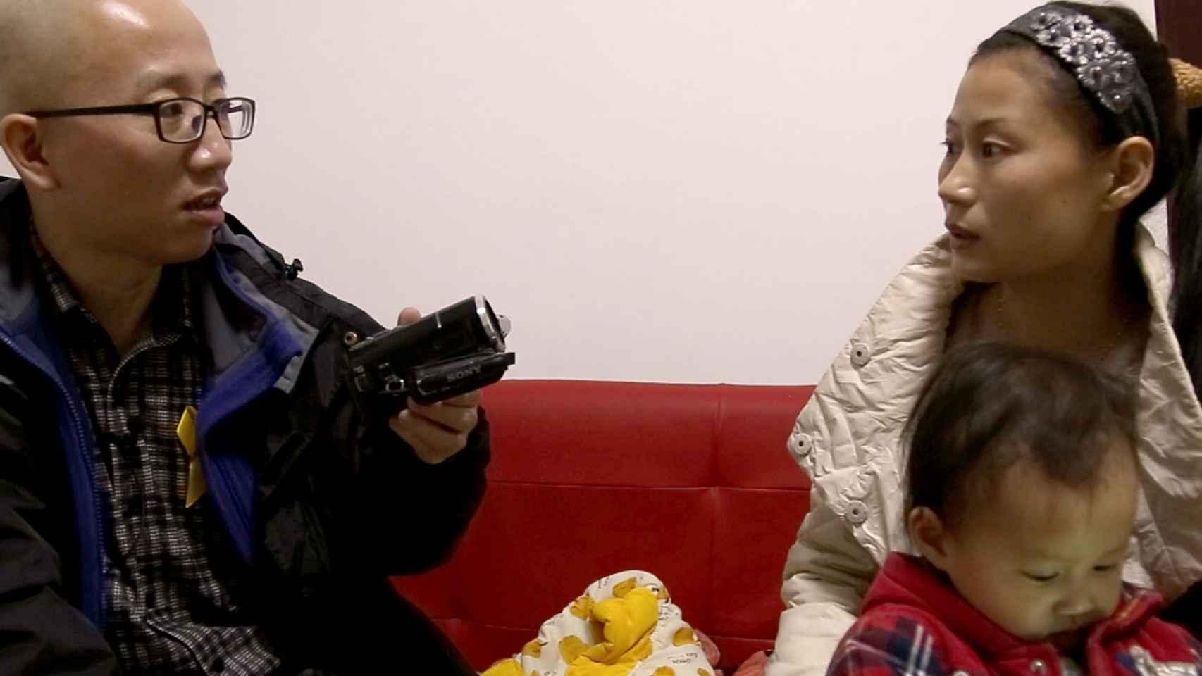El activista Hu Jia visita a la mujer de un detenido.