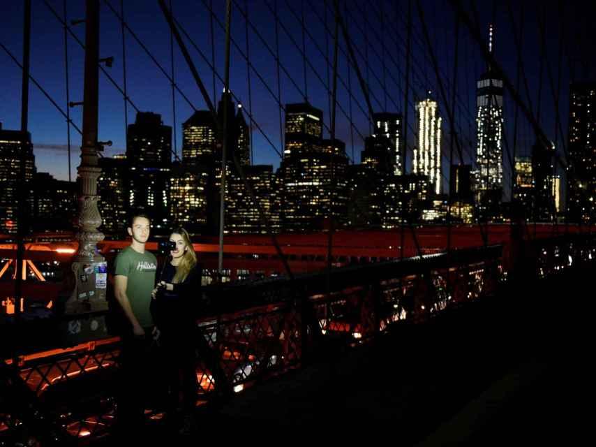 Dos hermanos se hacen un selfie en el puente de Brooklyn, Nueva York.