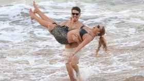 Bryan Tanaka y Mariah Carey desatan su pasión en las playas de Hawái.