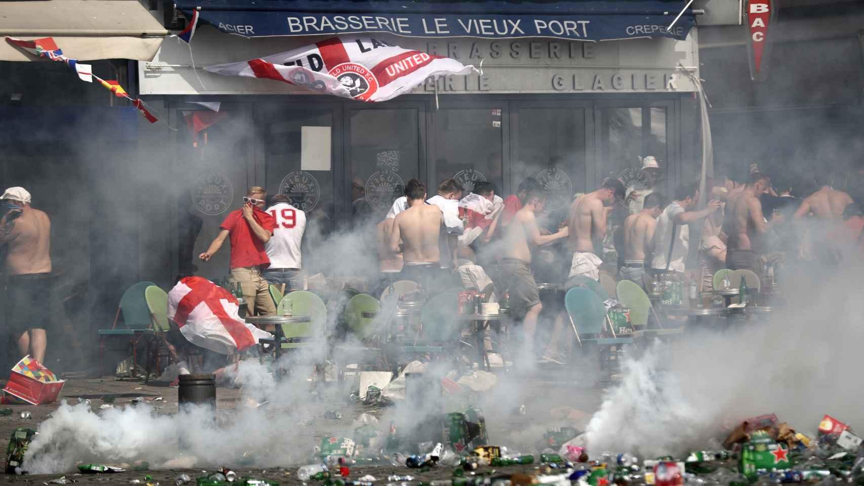 La Policía francesa disuelve un enfrentamiento entre hinchas ingleses y rusos en la Eurocopa.