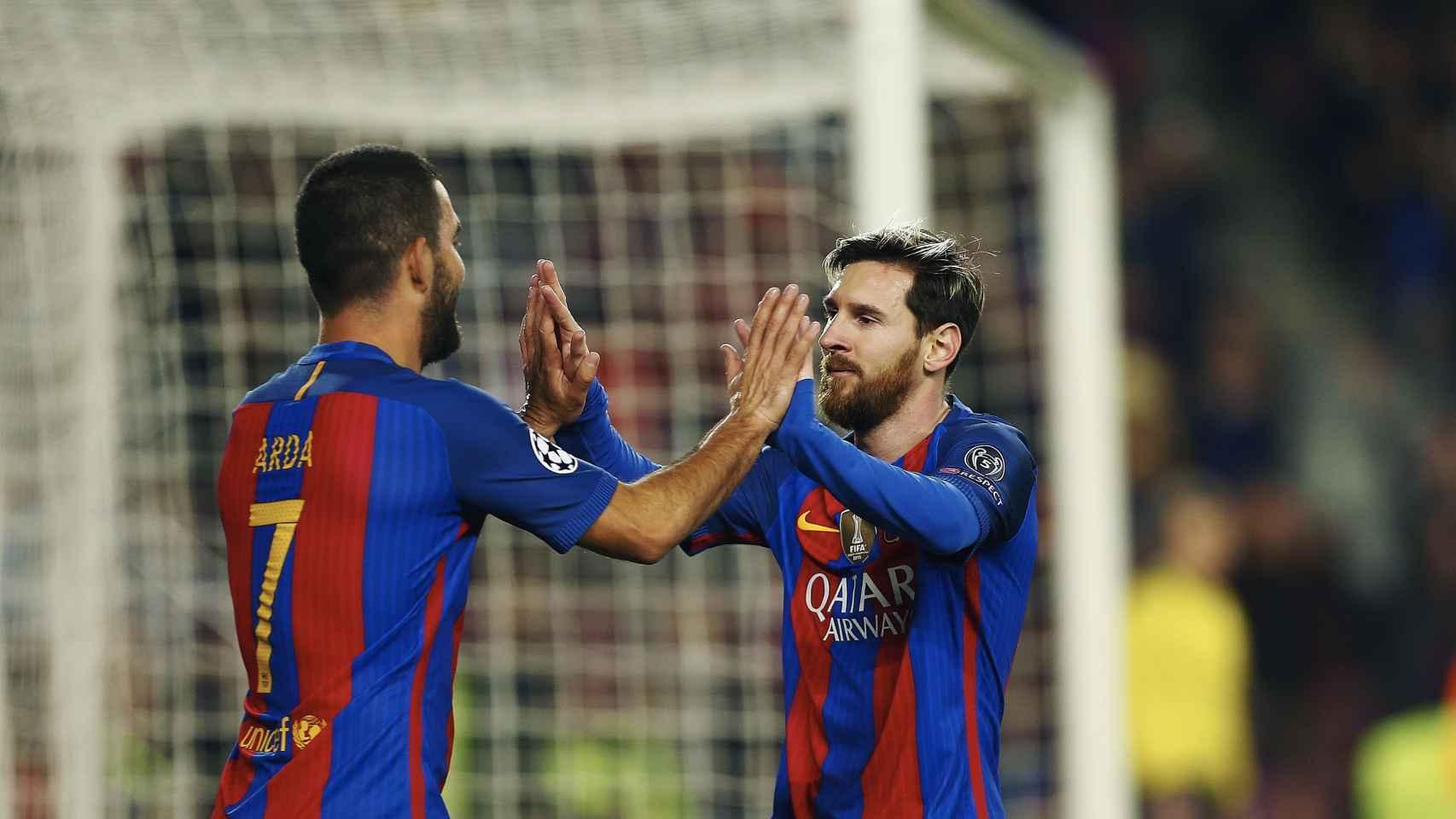 Arda Turan celebra un gol con Messi.