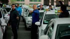 Varios taxistas junto a la estación de Atocha, en Madrid.
