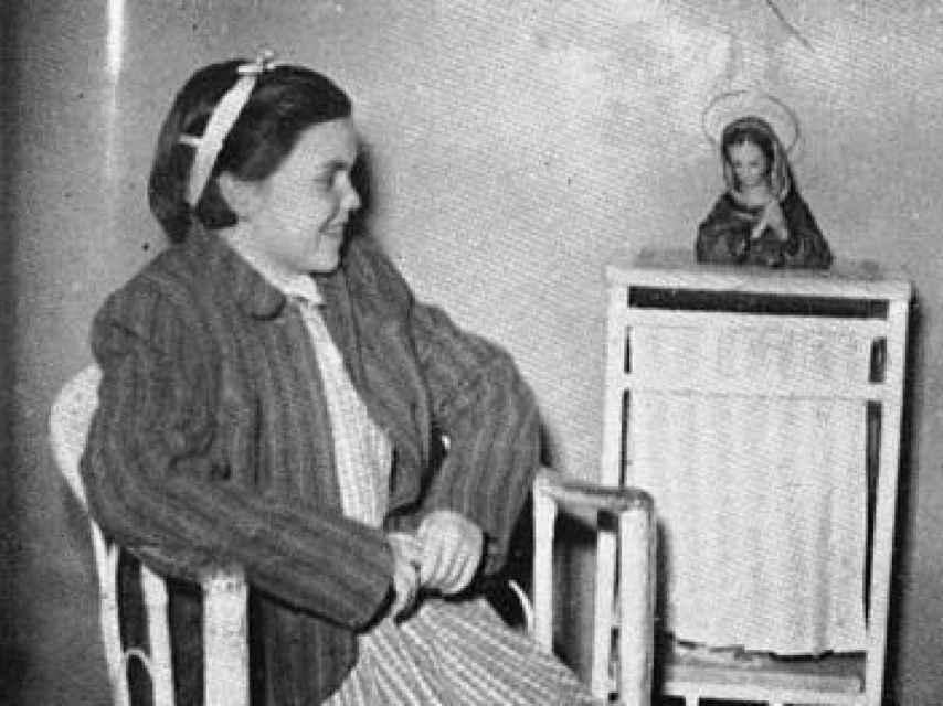 Josefina, en la habitación del hospital, rezando a la Virgen por su curación.