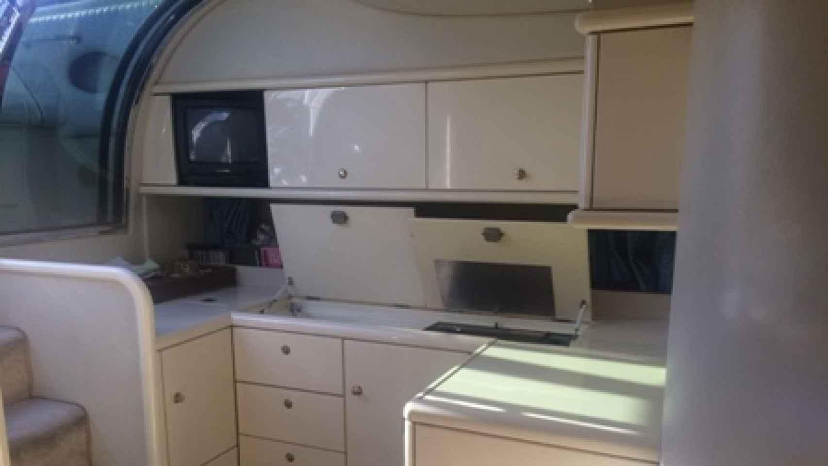 La cocina de la barca Dorotea que vende Alavedra