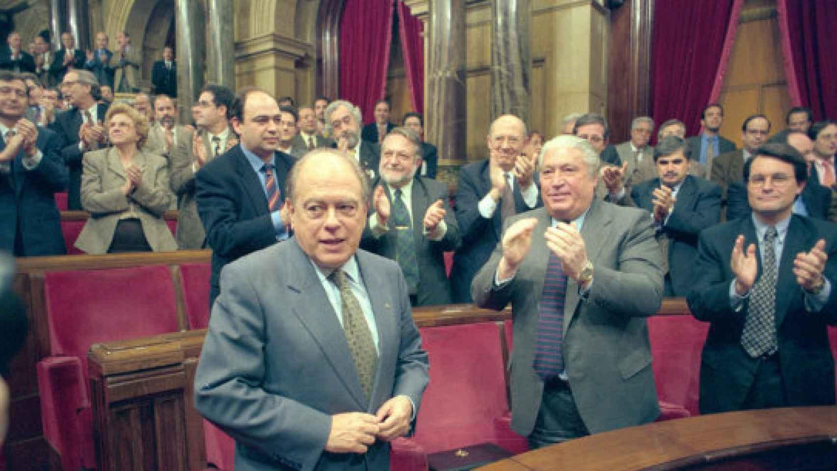 Macià Alavedra aplaude a Jordi Pujol tras su victoria, con Artur Mas en segundo plano