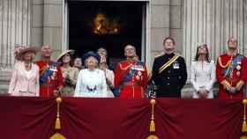La familia real británica, asomada al balcón principal del Palacio.